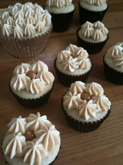 Mini vanilla cupcakes filled with Dulce de leche